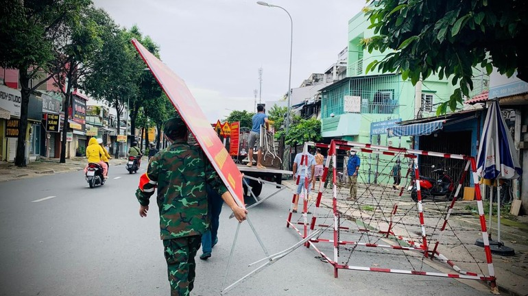 Ngày 30-9, các con đường ở TP.HCM được tháo gỡ chốt chắn phong toả, chuẩn bị cho dòng chảy của sức sống mãnh liệt của nơi này...