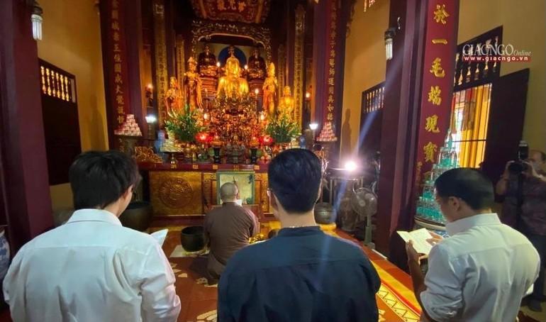 Nhóm Rap Nhà Làm sám hối tại chùa Quán Sứ sáng 6-10-2021 xin Giáo hội, Tăng Ni, Phật tử trong và nước tha lỗi, cam kết sẽ không tái phạm - Ảnh: VP1 Trung ương GHPGVN