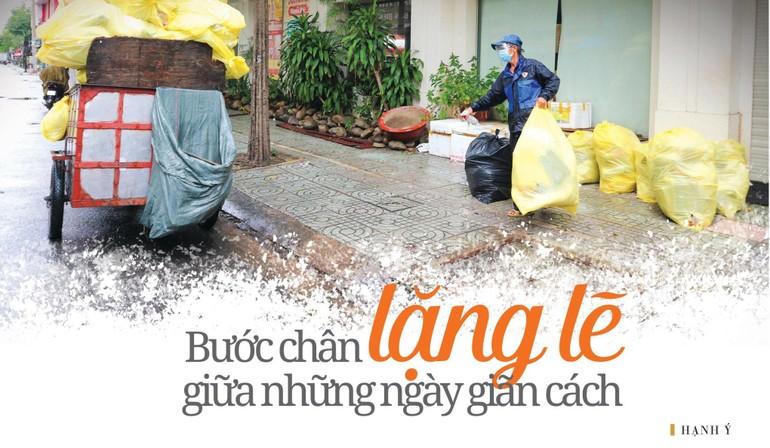 Chú Lê Thanh Tuấn dầm mưa bốc rác trên đường An Bình, quận 5, TP.HCM