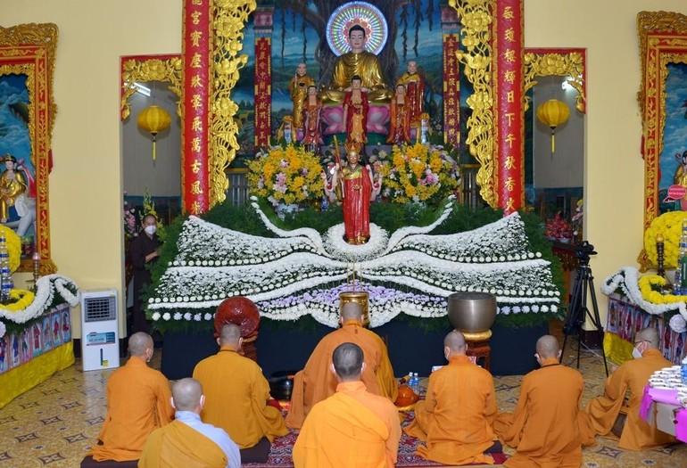 Chư Tăng cử hành nghi lễ cầu siêu tại chánh điện chùa Long Hoa, tự viện được Giáo hội chỉ định tiếp nhận thờ tạm tro cốt của người qua đời vì Covid-19