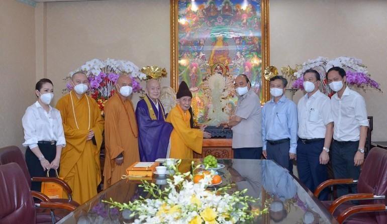 Trưởng lão Hòa thượng Thích Đức Nghiệp tặng tôn tượng Bồ-tát Quán Thế Âm đến Chủ tịch nước Nguyễn Xuân Phúc - Ảnh: Bảo Toàn/BGN