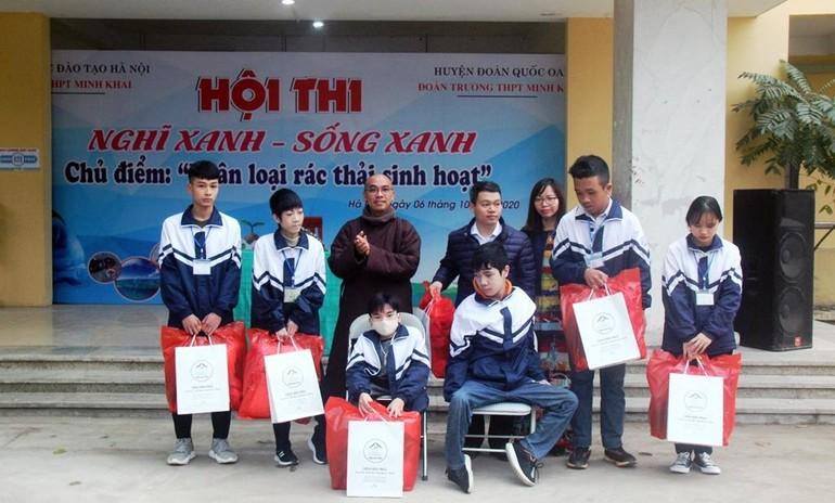 Chùa Hòa Phúc tặng sách, quà đến học sinh Hà Nội