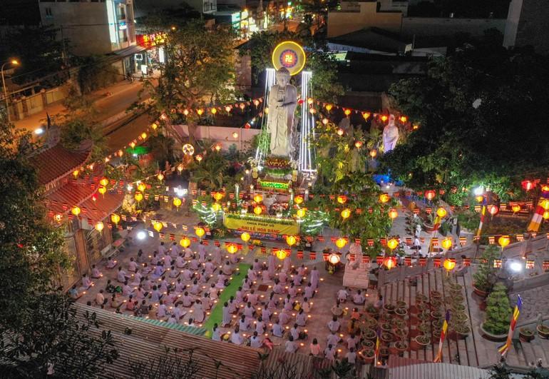 Hàng trăm Phật tử tụng kinh A Di Đà, dâng đăng cầu nguyện