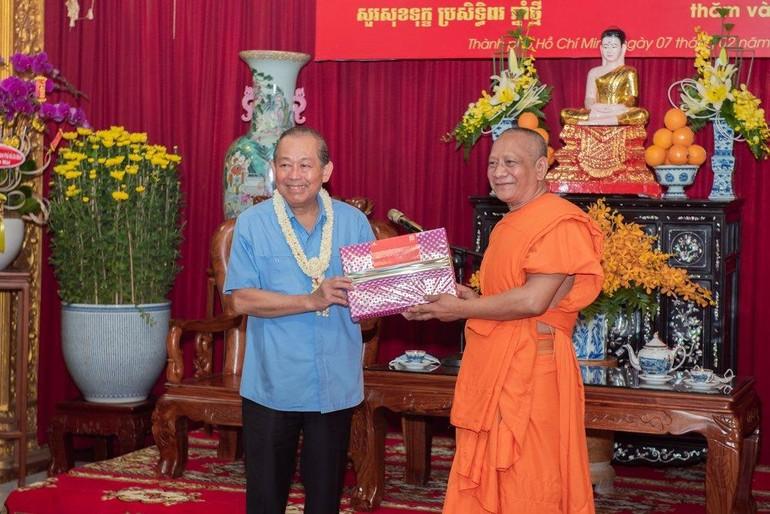 Phó Thủ tướng Thường trực Trương Hòa Bình (trái) thăm và tặng quà tại chùa Chantarangsay