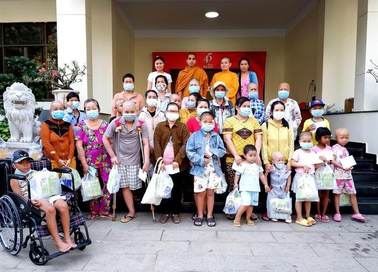 Các bệnh nhân ung bướu chụp ảnh lưu niệm tại Trụ sở báo Giác Ngộ