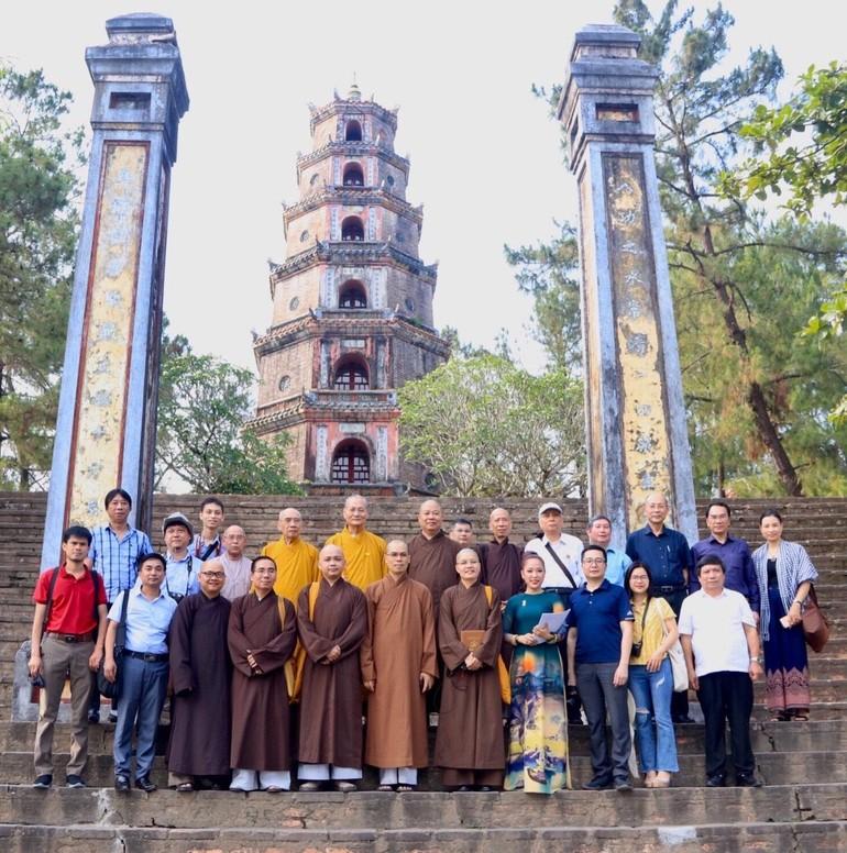 Đoàn chụp ảnh tại chùa Thiên Mụ (thành phố Huế) - Ảnh: vanhoaphatgiaovietnam.net