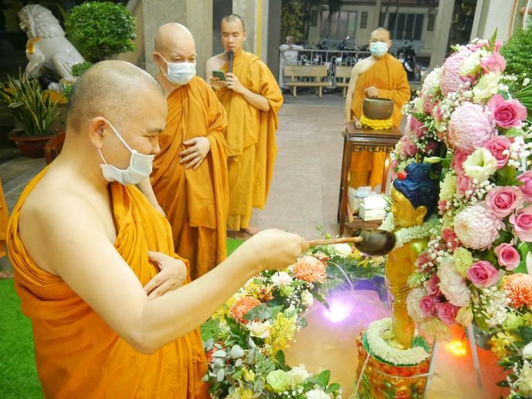 Chư tôn đức cử hành lễ Tắm Phật