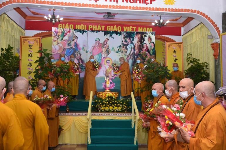 Chư tôn đức dâng hoa Kính mừng Phật đản tại tổ đình Vạn Thọ - Ảnh: Đồng Phước