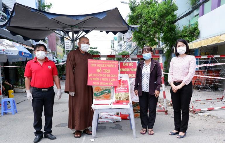 Thượng tọa Thích Lệ Quang cùng chính quyền sở tại trao quà đến các hộ dân bị cách ly