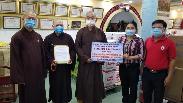 Quý vị giáo phẩm Ban Trị sự GHPGVN quận 8 trao quà hỗ trợ người dân qua điểm tiếp nhận là Ủy ban MTTQVN quận 8
