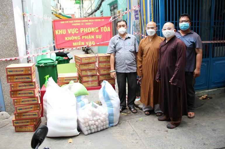 Chùa Phước Duyên phối hợp cùng chính quyền địa phương hỗ trợ người dân