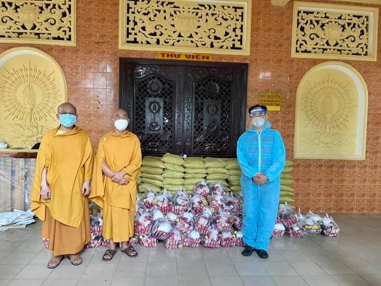 Tịnh xá Trung Tâm trao quà đến đại diện địa phương để hỗ trợ những gia đình khó khăn trong mùa dịch