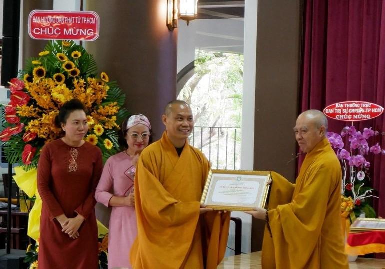 TT.Thích Trí Chơn đón nhận bằng tuyên dương công đức của Ban Trị sự GHPGVN TP.HCM