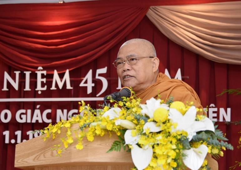 Hòa thượng Giác Toàn - nhà thơ Trần Quê Hương phát biểu khai mạc lễ kỷ niệm 45 năm ngày báo Giác Ngộ ra số đầu tiên - Ảnh: Bảo Toàn