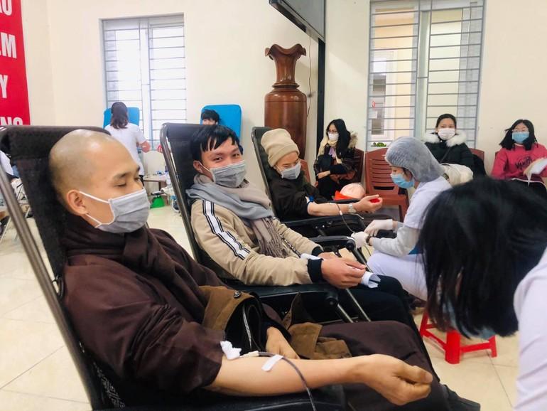 Chư Tăng sinh hoạt tại chùa tham gia hiến máu