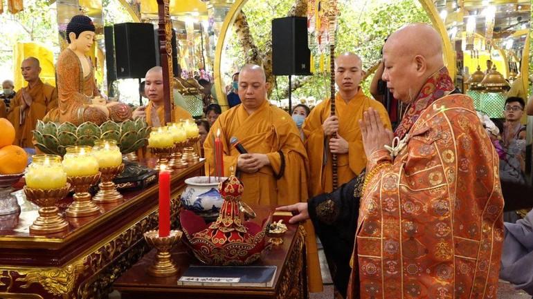 Hòa thượng Thích Lệ Trang, Trưởng ban Nghi lễ Phật giáo TP.HCM gia trì một khóa lễ cầu siêu