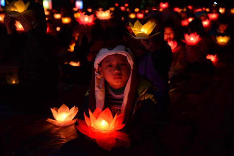 Một Phật tử trẻ tại đêm hoa đăng