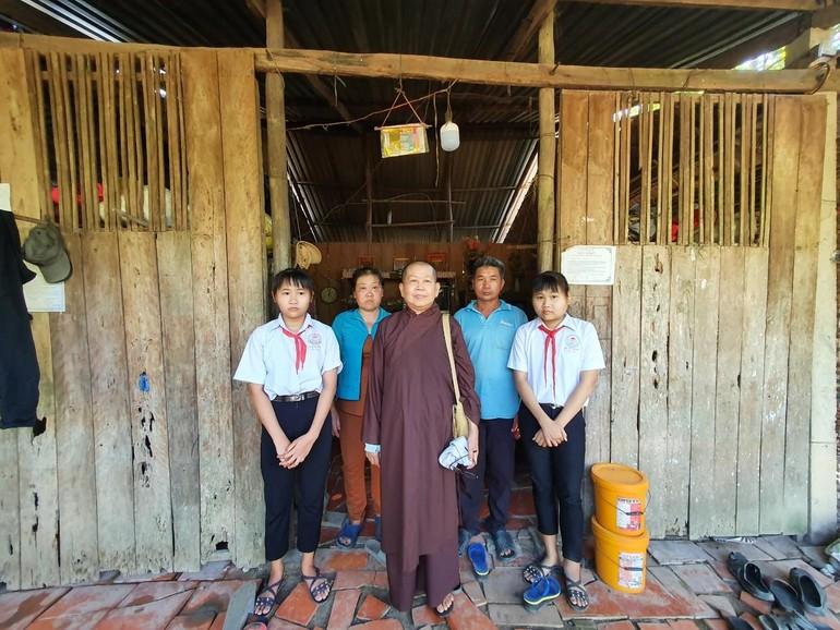 Ni sư Huệ Ngọc tặng quà, học bổng khuyến học cho một hoàn cảnh khó khăn, hiếu học - Ảnh: Lục Diệu