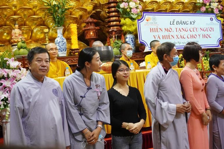 Diệu Quang (áo đen, giữa) trong buổi đăng ký hiến mô tạng, hiến xác tại chùa Giác Ngộ - Ảnh: Như Danh