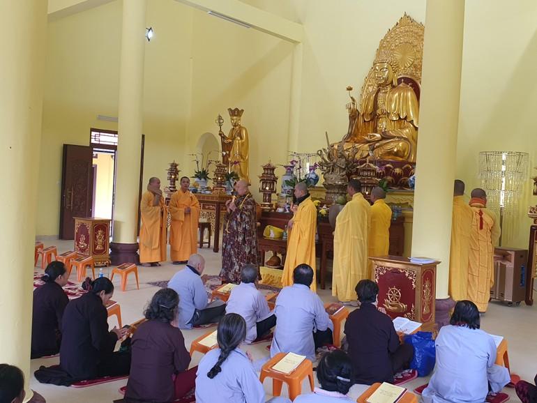 Hòa thượng Thích Tánh Nhiếp ban đạo từ tại chánh điện chùa Kim Nại