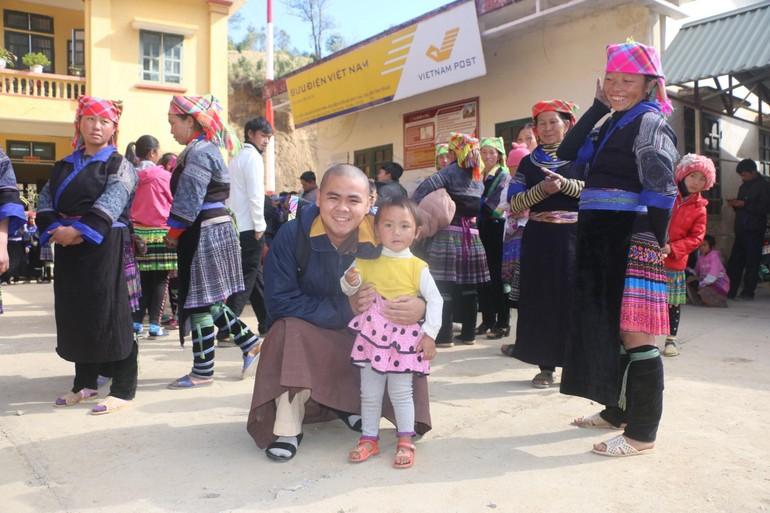 Tác giả chụp ảnh cùng bà con tại điểm phát quà