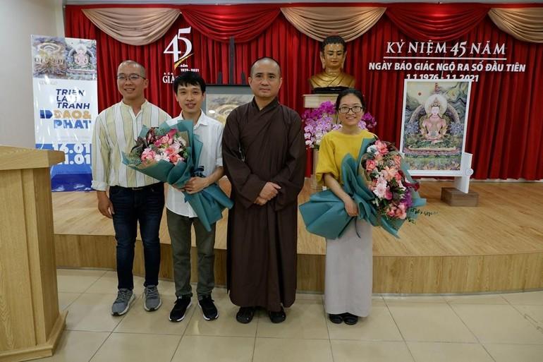 """Đại diện Báo Giác Ngộ tặng hoa chúc mừng khai mạc triển lãm """"Đạo và Phật"""" - Ảnh: Giao Hảo"""