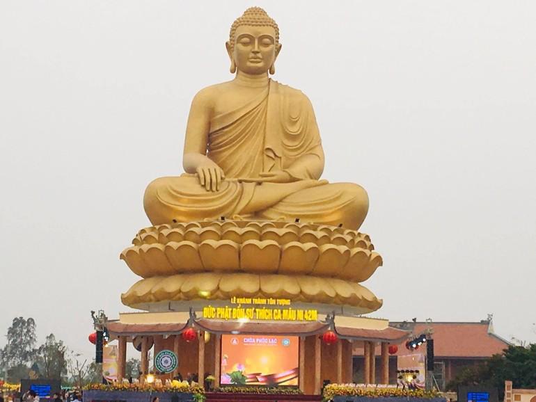 Tôn tượng Phật Thích Ca Mâu Ni cao 42m, đường kính phía dưới 32m tại chùa Phúc Lạc
