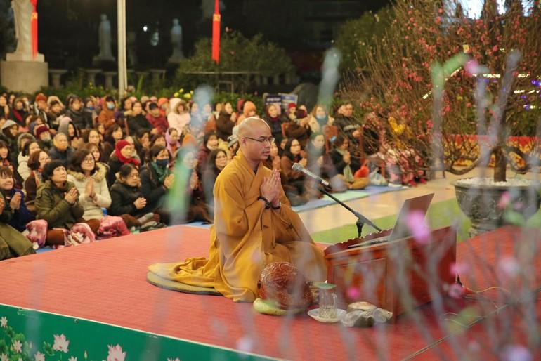 Đại đức Thích Quảng Hiếu chủ trì khóa lễ tụng sám và niệm danh hiệu Phật - Ảnh: Thành Trung