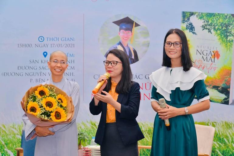 Sư cô Nhuận Bình (trái) giao lưu, ra mắt sách tại đường sách TP.HCM - Ảnh: Đào Minh Quân