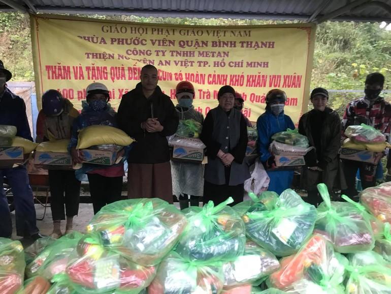 Ni trưởng Từ Nhẫn cùng Đại đức Thích Viên Quán, đại diện Ban Trị sự Phật giáo tỉnh Quảng Nam trao quà tới người dân - Ảnh: Phan Trang