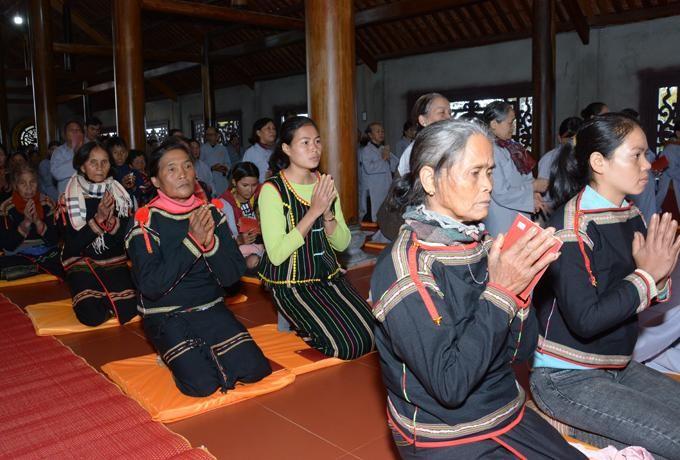 Phật tử đồng bào dân tộc dự khóa tu - Ảnh: Duy Mỹ