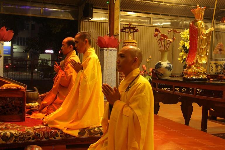 Chư tôn đức niêm hương, bạch Phật và đảnh lễ Tam bảo tại buổi lễ