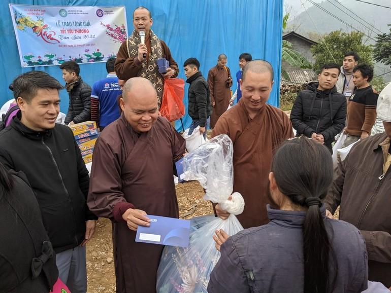 Thượng tọa Thích Thanh Phong trao quà tại điểm trường Kho Là, xã Minh Sơn, huyện Bắc Mê, Hà Giang