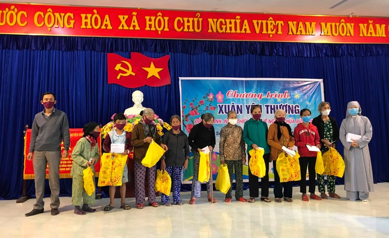 Sư cô Huệ Liên và ông Lê Thanh Phương - Phó Chủ tịch UBND xã Sơn Viên đại diện trao quà