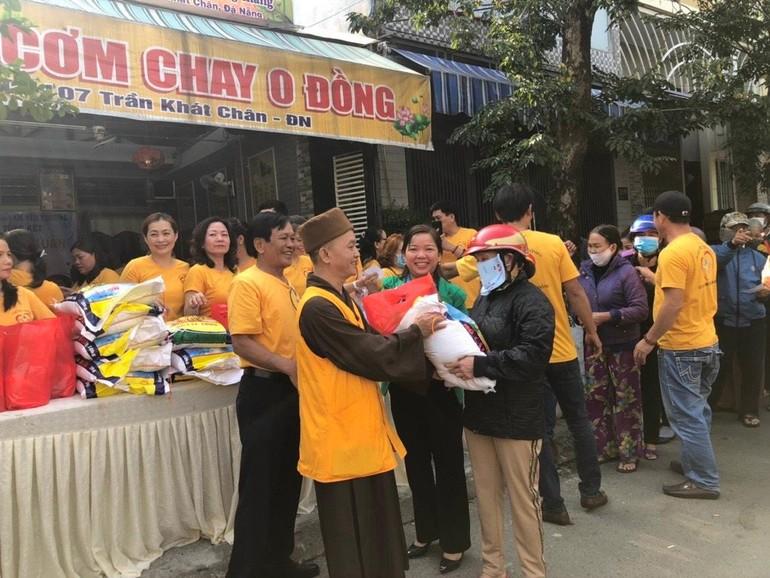 Thượng tọa Thích Thông Quang trao quà đến người nghèo