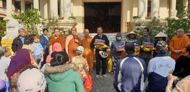 Trao 100 phần quà tết tại chùa Nam Quang