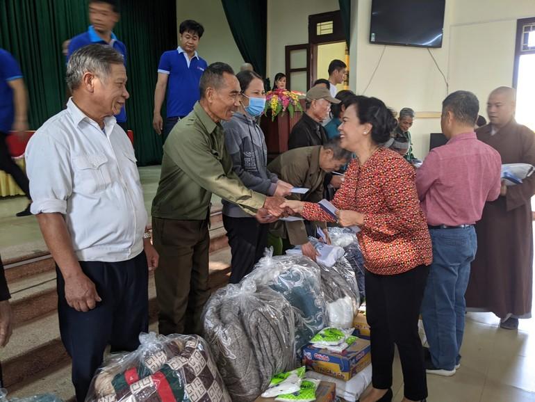 Bà Mai Thị Hạnh chia sẻ với người dân - Ảnh: Giao Hảo