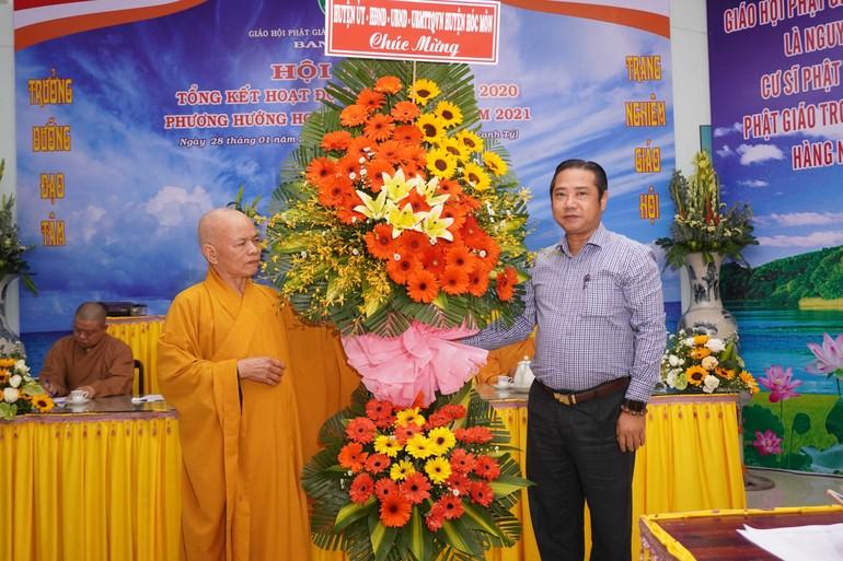 Ông Nguyễn Anh Tuấn, Phó Bí thư Huyện ủy huyện Hóc Môn tặng lẵng hoa chúc mừng tới Hòa thượng Thích Thiện Minh