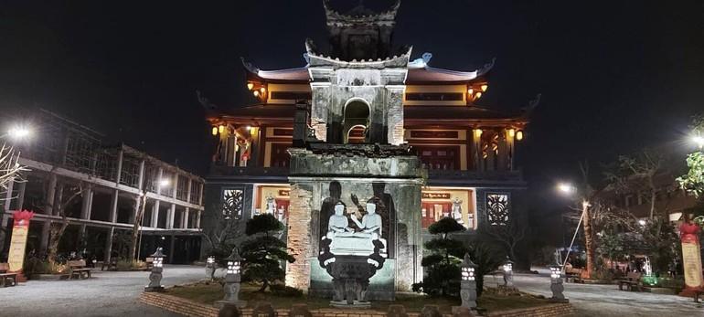 Công trình chính điện chùa Diệc hoàn thiện sau 2,5 năm thi công, phía trước chính điện là cổng tam quan cũ được giữ lại