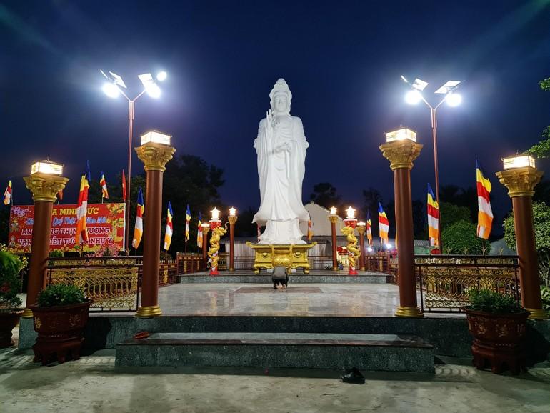 Tôn tượng Bồ-tát Quán Thế Âm tại chùa Minh Đức