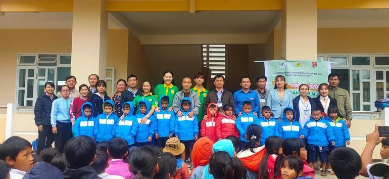 Các em nhỏ vùng cao tỉnh Quảng Ngãi nhận quà