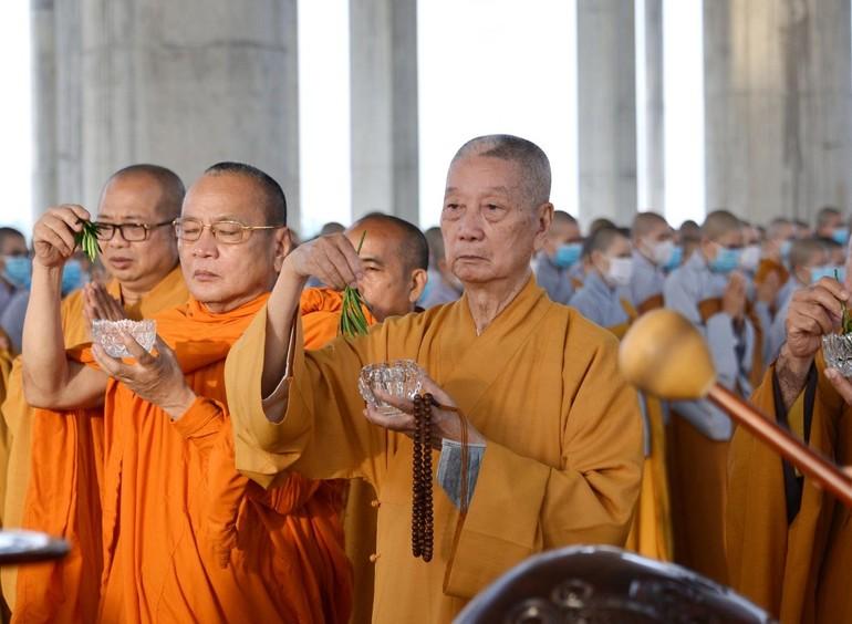 Trưởng lão Hòa thượng Thích Trí Quảng và chư tôn đức thực hiện nghi thức sái tịnh tại buổi lễ