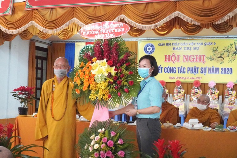 Đại diện chính quyền tặng hoa chúc mừng