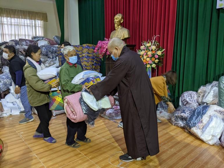 Thượng tọa Thích Thanh Phong trao quà đến người dân Hưng Yên