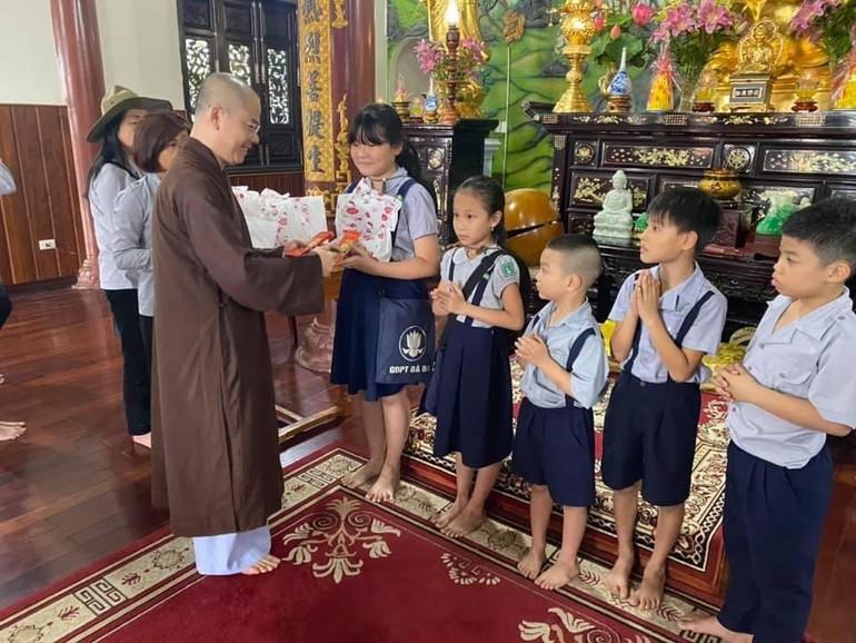 Các đoàn sinh nhận quà tết từ Đại đức Thích Thông Đạo