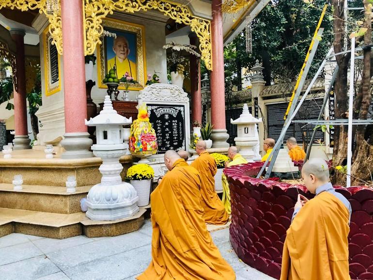 Dâng hương tưởng niệm Đại lão Hòa thượng Thích Trí Tịnh tại chùa Vạn Đức
