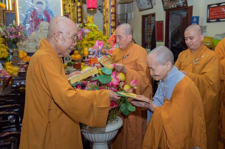 Khánh tuế Hòa thượng Thích Tịnh Hạnh và được Hòa thượng tặng quà mừng năm mới - Ảnh: Đăng Huy