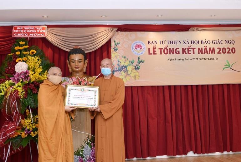 Ban Từ thiện xã hội báo Giác Ngộ đón nhận bằng tuyên dương công đức của GHPGVN, Hòa thượng Thích Giác Toàn đại diện trao