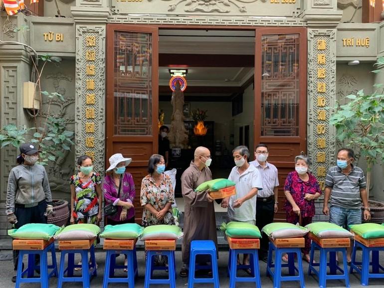 Đại đức Thích Thiện Châu trao quà đến cho bà con khó khăn quanh chùa đón tết