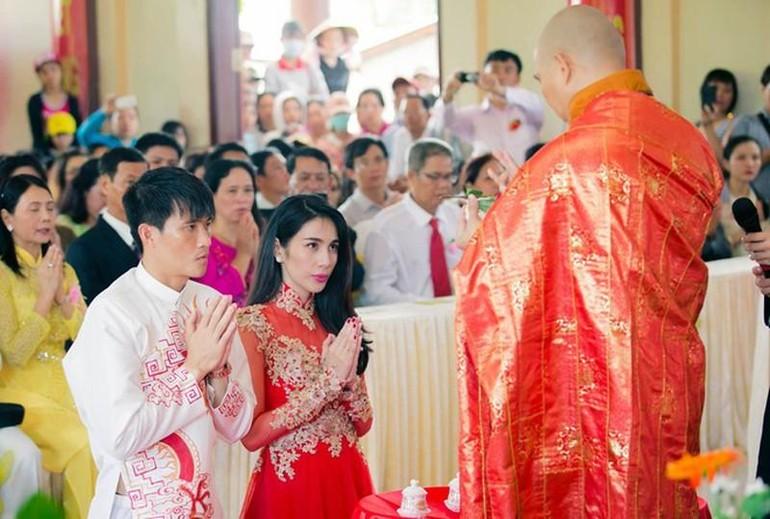 Cầu thủ Công Vinh và ca sĩ Thủy Tiên làm lễ hằng thuận, cam kết xây dựng hạnh phúc gia đình theo lời Phật dạy